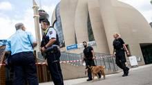Polizisten stehen vor der Zentralmoschee in Köln