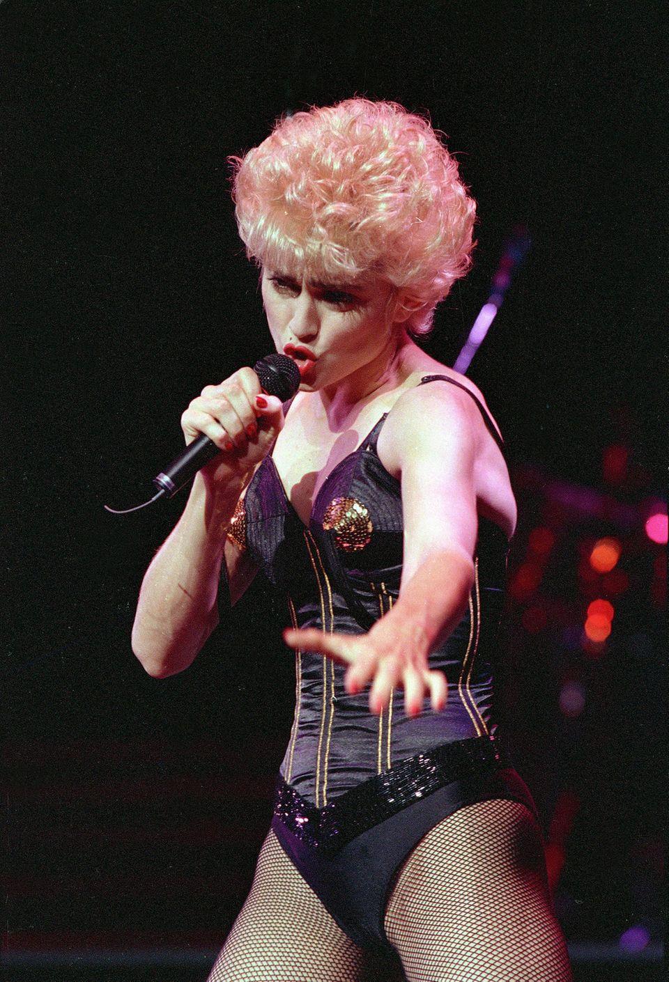 Ihre Botschaften sendete Madonna schon immer in provokanten Outfits, wie hier für die AIDS-Forschung 1987.