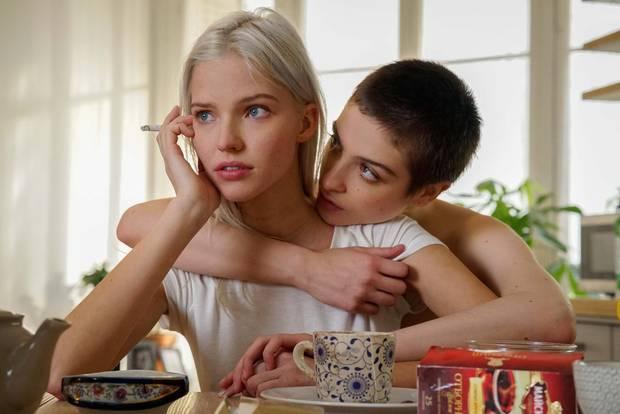 Maud steht hinter Anna und umarmt sie am Frühstückstisch