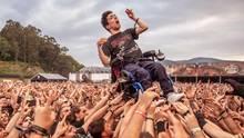 Crowdsurfing mit Rollstuhl: Das Resurrection Metal Festival wird dieser Rollifahrer nicht so schnell vergessen