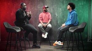 DISKUTHEK: Rapper Manuellsen (l.) diskutiert mit Journalist Yannick Niang (r.) über Rassismus im Deutschrap