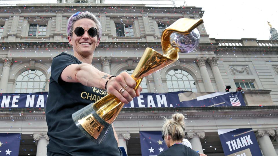 Ziel von Hassbotschaften? US-Fußballweltmeisterin Megan Rapinoe mit WM-Pokal in Feierpose