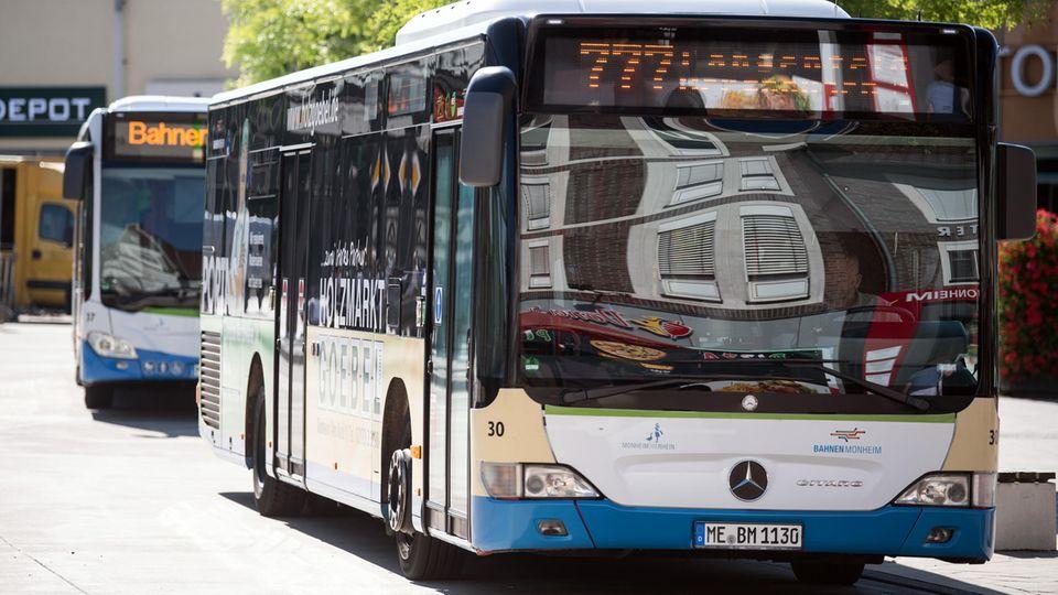 Busse stehen am Busbahnhof in Monheim