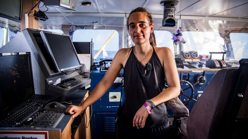 Carola Rackete an der Kommandobrücke in Lampedusa