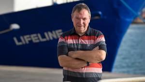 KapitänClaus-Peter Reisch vor dem Rettungsschiff Lifeline im Hafen von Valletta, Malta