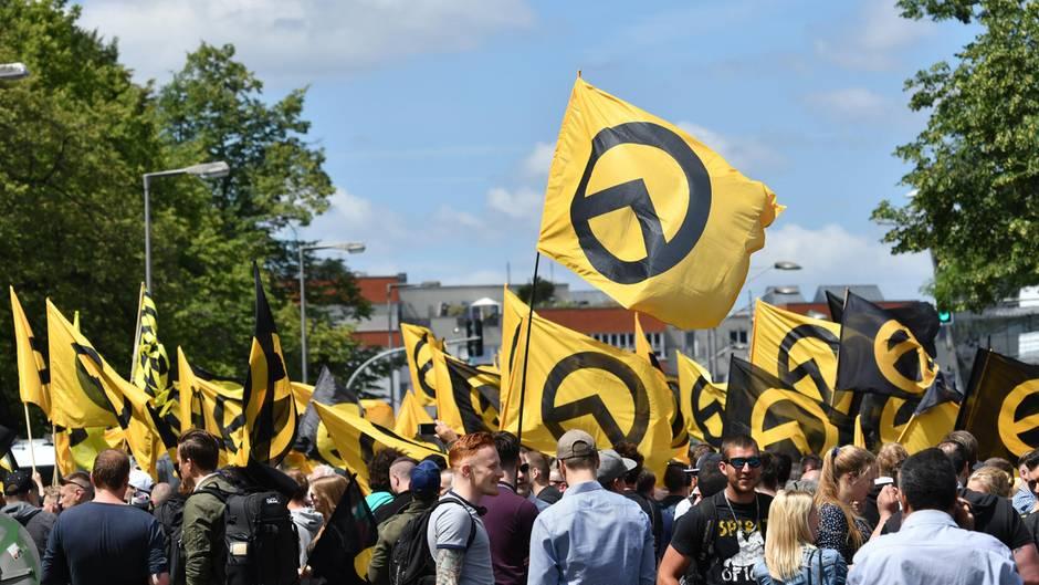 Die Identitäre Bewegung (IB) - hier bei einer Demo in Berlin im Juli 2017 - ist laut Verfassungsschutz rechtsextremistisch