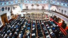 Muslime beten in der Merkez-Moschee in Duisburg. In Deutschland stößt der Islam weiter auf große Vorbehalte.