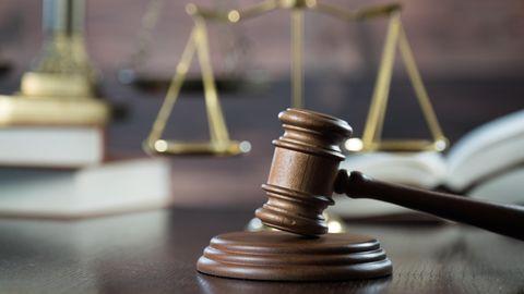 Justiz-Angestellter neben einem Stapel Akten