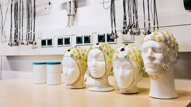 Auf Styroporköpfen trocknen Elektroden, die für EEG-Messungen genutzt werden