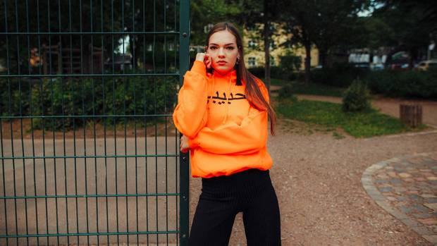 Eine Freundin trägt ein Habibi-Hoodie