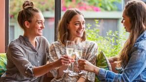 In der Wine-Mom-Kultur wird das Glas zum ständigen Begleiter.