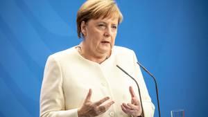 Bundeskanzlerin Angela Merkel spricht vor Journalisten über ihren Gesundheitszustand.