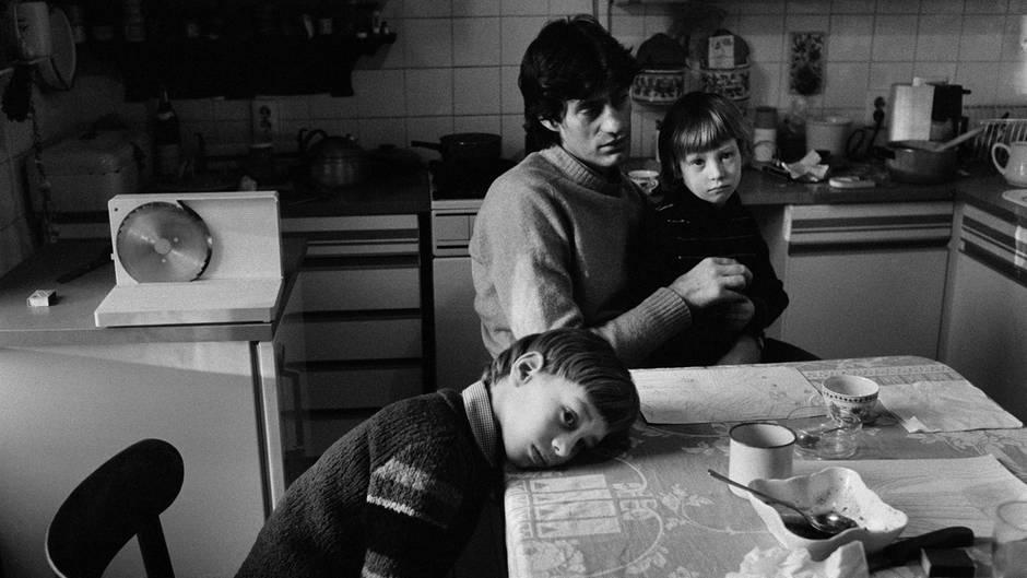 Ute Mahler: Schauspieler Winfried Glatzeder mit seinen Söhnen Robert und Philipp 1982 in Berlin.