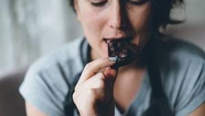 Kultur und Ernährung: Eine Frau isst Schokolade