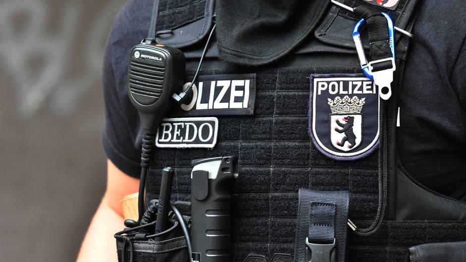 Ein Polizeibeamter in Uniform