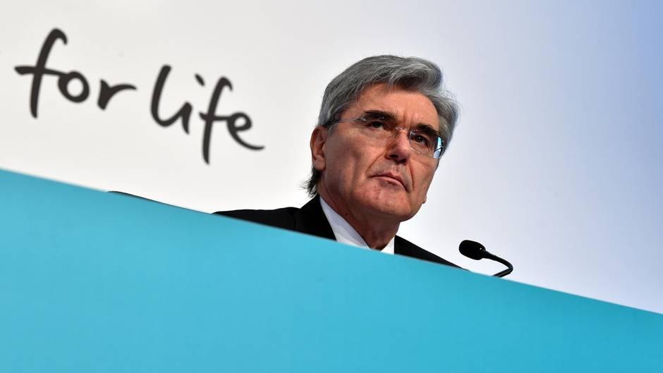 Siemens-Chef Joe Kaeser blickt ernst bei einer Rede