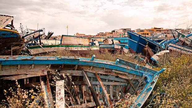 Abgewrackte Flüchtlingsschiffe in der Nähe des Hafens