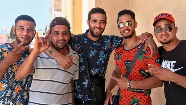 Fünf Freunde aus Tunesien. Sie sind keine Opfer von Not und Elend, doch auch sie versuchen über Lampedusa nach Europa zu gelangen