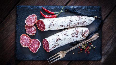 Edelschimmel auf Salami kann unbedenklich verzehrt werden. Erverleihtdem Produkt einen würzigen Geschmack, konserviertund schütztvor Besiedelung mit gefährlichem Schimmel.