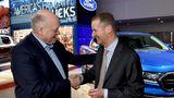 Ford Chef Jim Hackett links und Herbert Diess besiegeln die Zusammearbeit