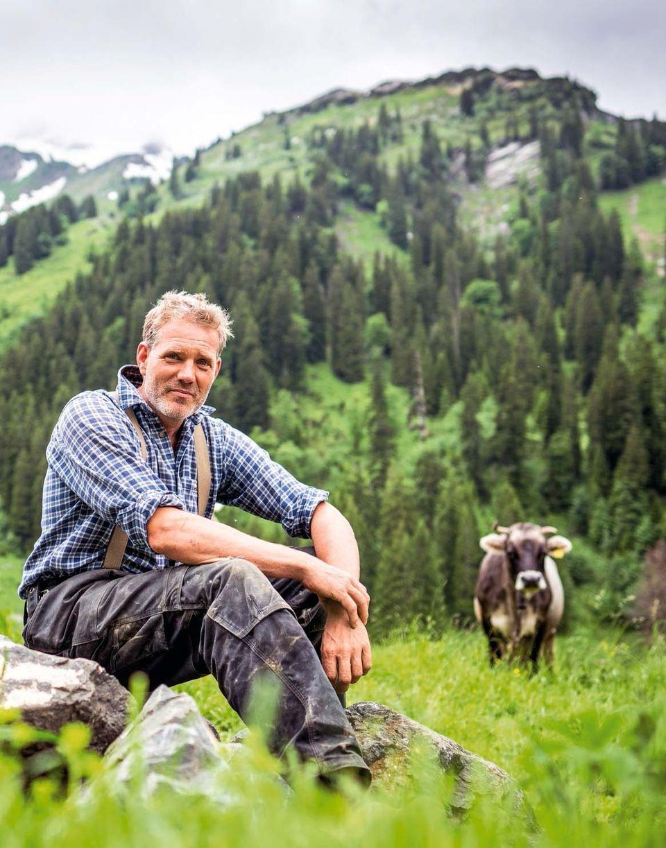 Florian Karg ist 46 Jahre alt und verbringt derzeit seinen 34. Sommer auf der Alpe Plättele. Dort hütet er 120 Rinder und fünf Milchkühe. Im Winter steht er als Operntenor auf der Bühne.
