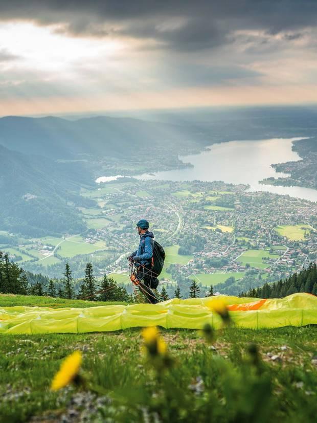 Martin Weber, 48, ist evangelischer Pfarrer am Tegernsee. Am liebsten geht er abends auf den Berg, um mit dem Gleitschirm ins Tal zu fliegen – oft mehrmals hintereinander