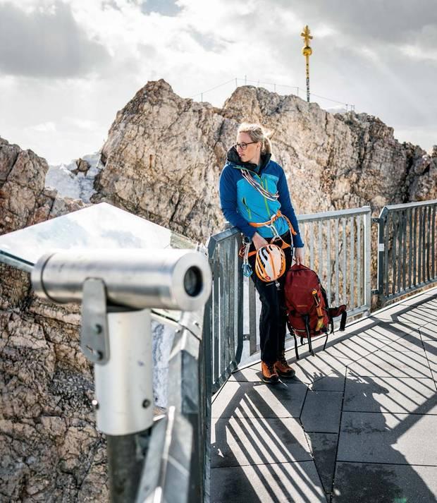 Christina Huber arbeitet in einer Münchner Steuerkanzlei. So oft wie möglich fährt die 30 Jahre alte Alpinistin in ihre Heimat Garmisch-Partenkirchen und unterstützt dort die örtliche Bergwacht.