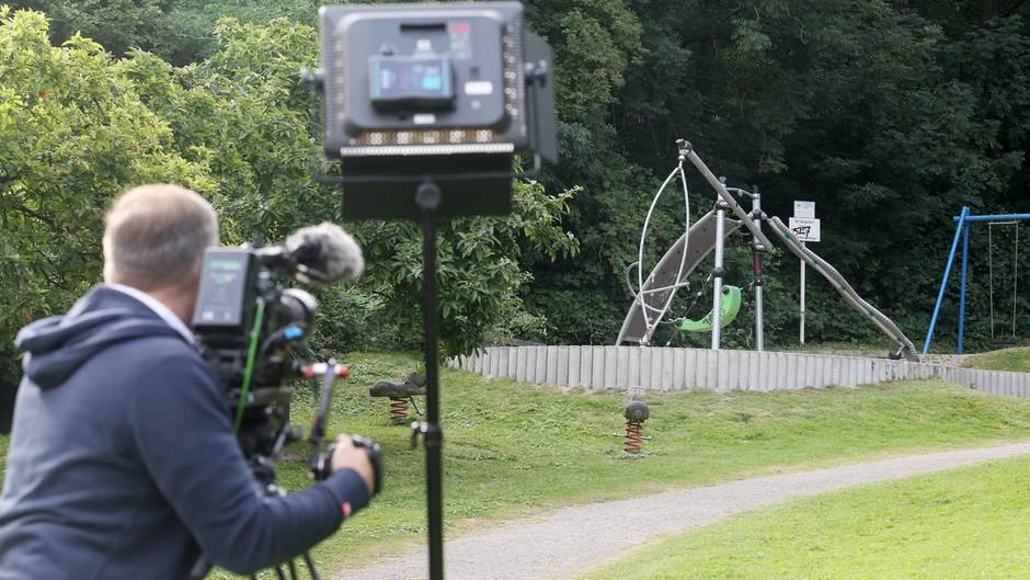 Ein Kameramann filmt einen Spielplatz, in dessen Nähe eine junge Frau von mutmaßlich einer Gruppe Jugendlicher überfallen und sexuell missbraucht worden ist.