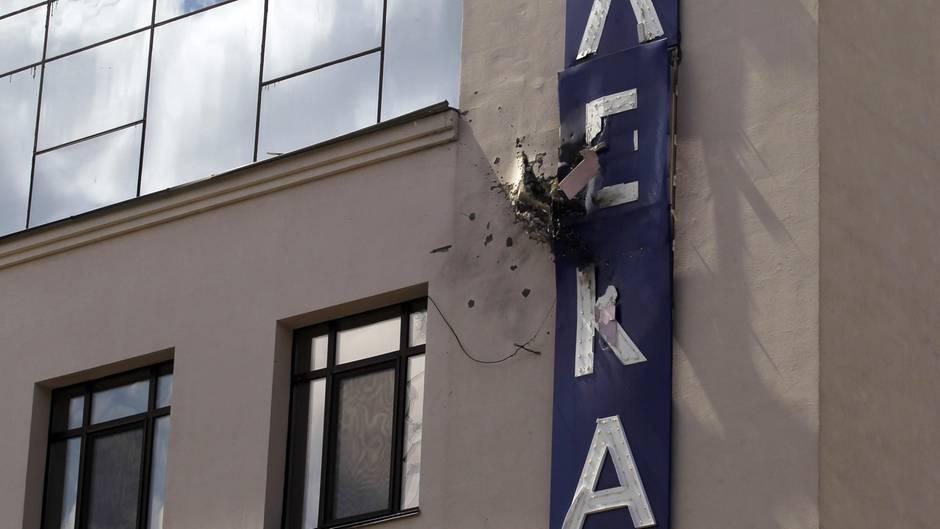 Das beschädigte Gebäude des Fernsehsenders 112