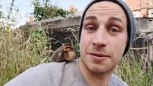 Brite entdeckt verwaistes Entlein – zuhause übernimmt ein anderer Vogel die Mutterrolle