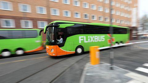 Ein FlixBus unterwegs auf der Straße