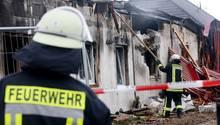 Feuerwehrleute löschen die Reste eines abgebrannten Saunaclubs