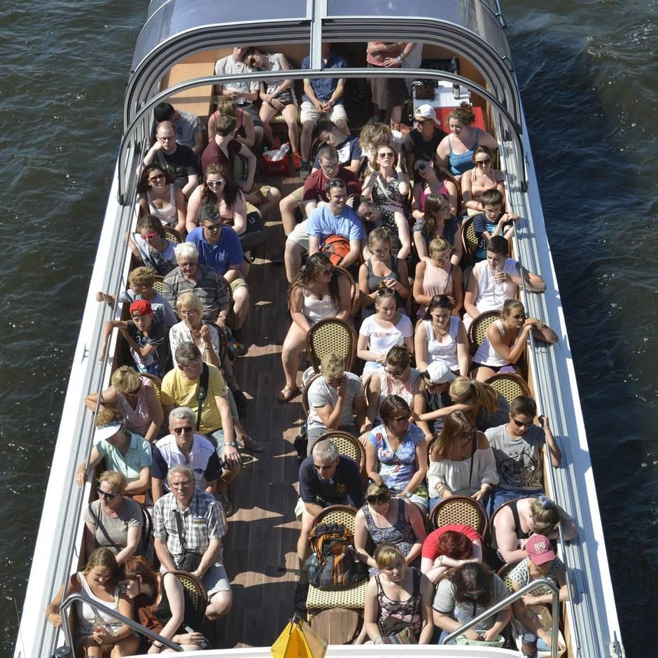 Nachrichten aus Deutschland: Mann uriniert laut lachend von Brücke auf Fahrgäste eines Ausflugsschiffs