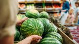 Tipp 2: Wiegen und vergleichenSie die Wassermelone  Eine reife Wassermelone ist schwerer als eine weniger reife. Das zusätzliche Gewicht ist ein guter Indikator dafür, dass die Frucht voll Wasser ist und nicht trocken und geschmacksneutral. Vergleichen Sie deshalb verschiedene Früchte der gleichen Größe. Wählen Sie immer die schwerste aus.