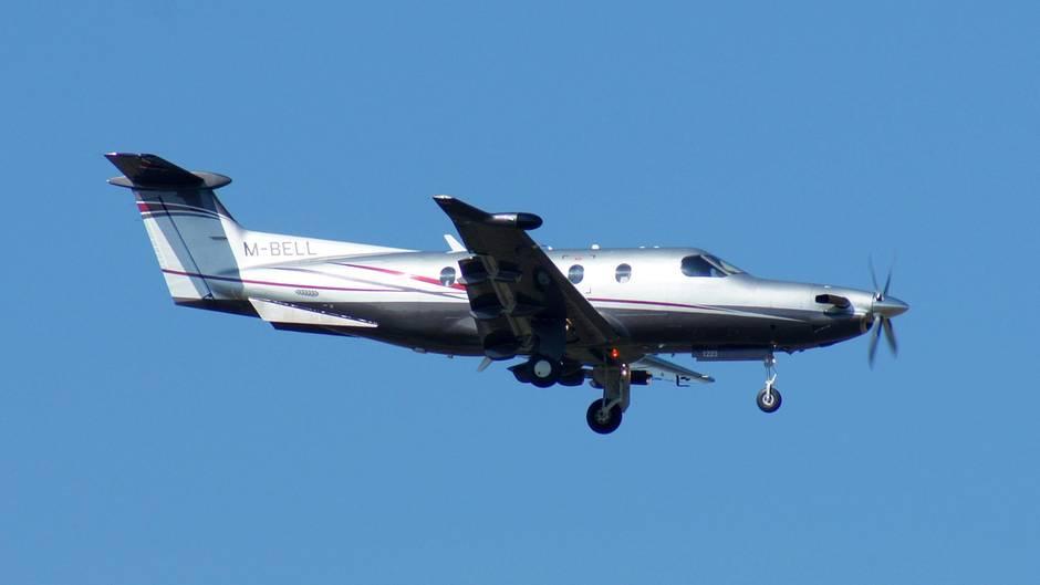 Ein einmotoriges Propellerflugzeug Pilatus PC-12 im Anflug