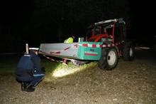 Nachrichten aus Deutschland - ein Polizist inspiziert den Traktor