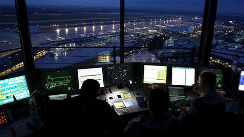 Fluglotsen der Deutsche Flugsicherung (DFS) arbeiten im Tower des Flughafens Düsseldorf.