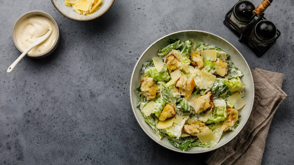 Abnehmen: Ein Teller mit Salat steht auf einem Tisch