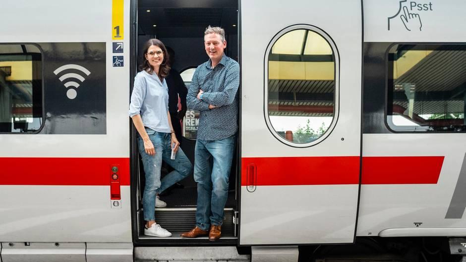 Psychologin Cornelia Betsch und Eckart von Hirschhausen im ICE auf der Fahrt von Erfurt nach Bad Hersfeld