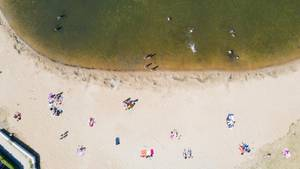 Menschen lieben am Wietzensee in Niedersachsen am Strand