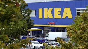 Eine Ikea-Filiale mit Parkplatz