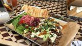 Kebap in der Hipsterversion: Fleisch, Salate und Saucen kommen hier auf einem Tray, also einem Tablett.