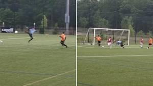 Beim Halbfinale eines Fußballturniers macht dieser Torwart einen peinlichen Fehler.
