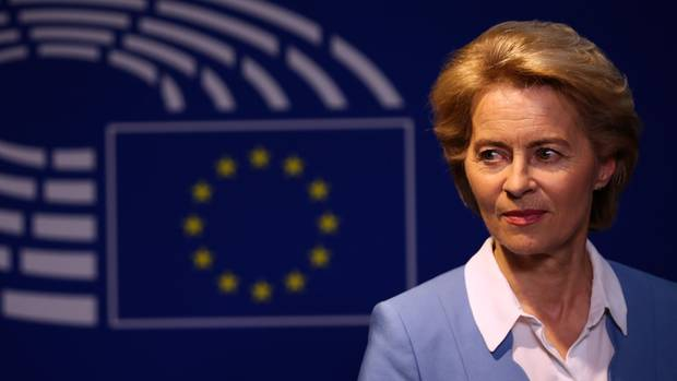 Ursula von der Leyen blickt skeptisch vor EU-Symbol - scheitern ihre Ambitionen an der SPD?
