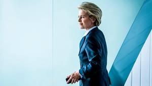 Ursula von der Leyen im blauen Anzug und von der Seite fotografiert. Sie blickt ernst