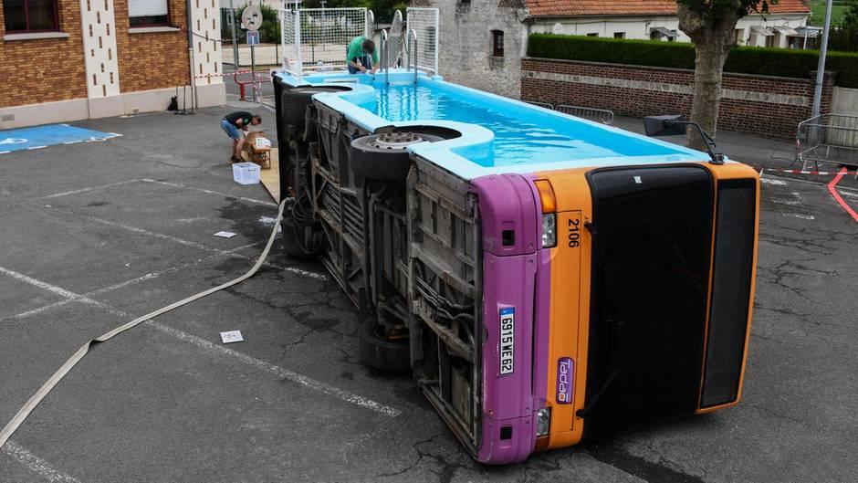 Ein alter Linienbus, umgebaut zu einem Swimmingpool