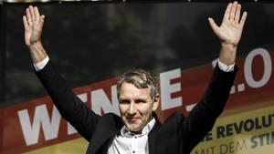 Björn Höcke reckt beim AfD-Wahlkampfauftakt in Cottbus die Hände in die Höhe