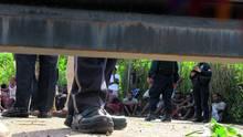 Migranten sitzen in einem Auffanglager im mexikanischen Tapachula
