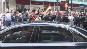 Bundeskanzlerin Angela Merkel (CDU) verlässt in ihrem Dienstwagen vor Demonstranten das Albertinum
