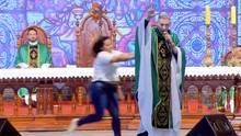 Brasilien: Frau schubst Priester von der Bühne – 50.000 Besucher reagieren entsetzt